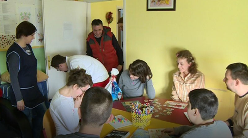 Korisnicima Dnevnog boravka za decu i omladinu sa poteškoćama u razvoju uručeni paketići