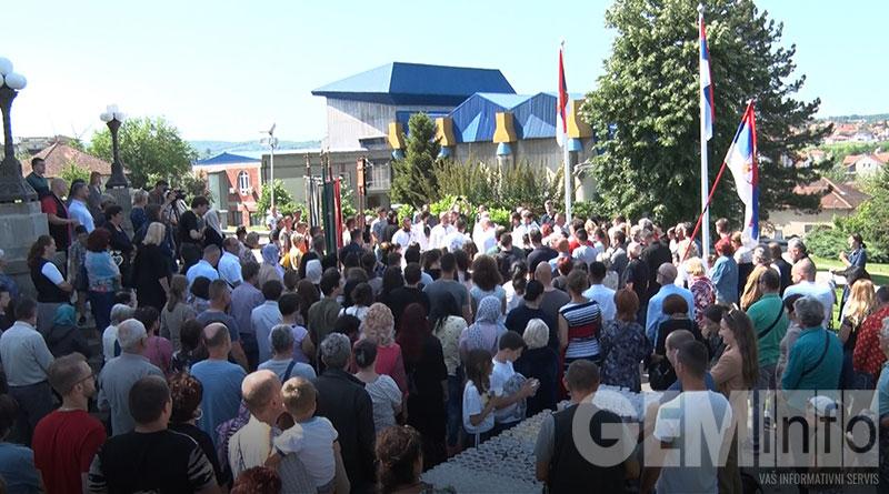 Građani ispred crkve u Lazarevcu