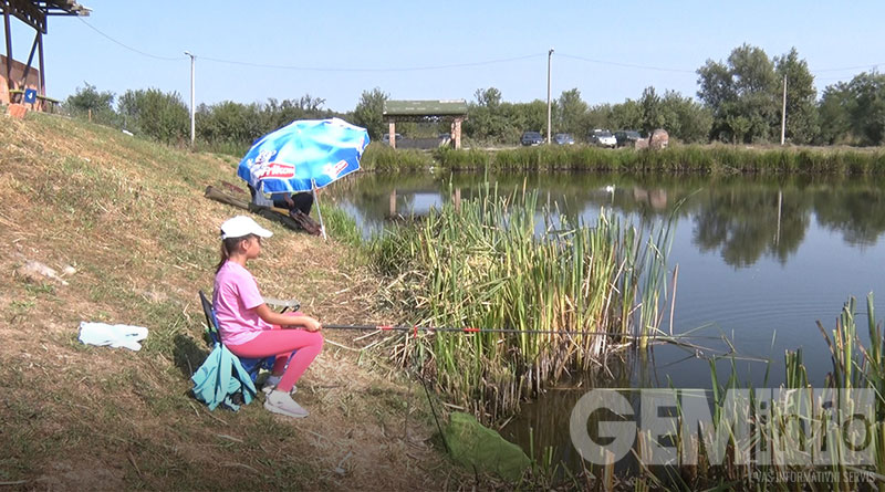 Mladi ribolovci na jezeru Očaga