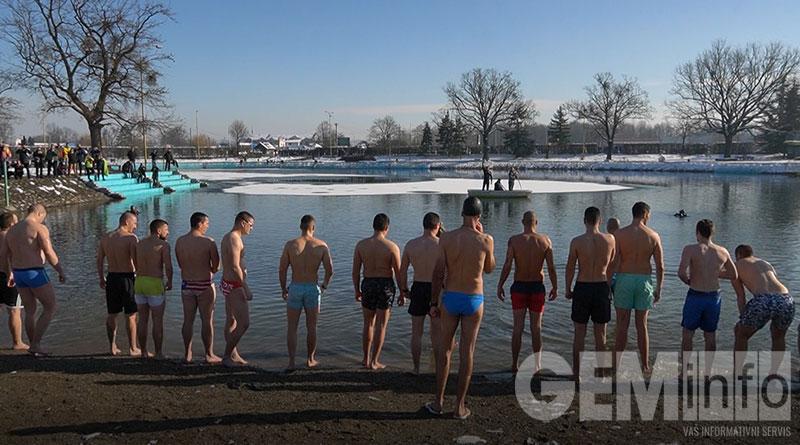 Bogojavljensko plivanje na jezeru Očaga
