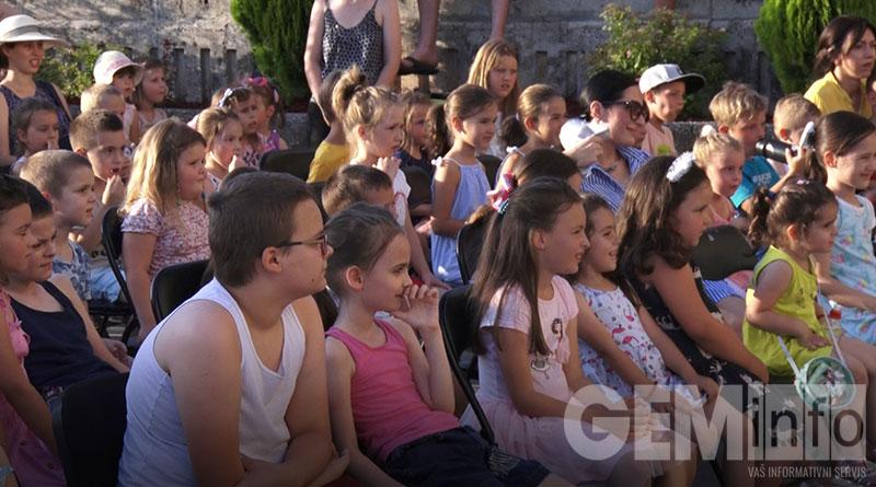 Deca na predstavi Zekolovko